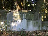 Grabstein für Olga, Giuseppe und Giuditta Brunner