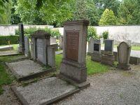 Grab von Julius und Lina Stern (mitte)