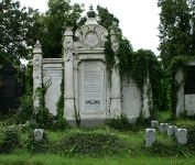 Grabmal von Leopold Trebitsch und Malvine Trebitsch (rechts), Sigmund Trebitsch und Julie Trebitsch (mitte) und Heinrich Trebitsch (links)