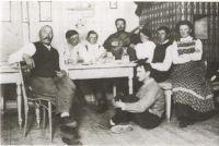 Bernhard Trier (auf dem Boden sitzend)
