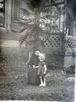 Charlotte Rosenthal und Waltraud Drexel, vor der Villa Heymann-Rosenthal, 1925