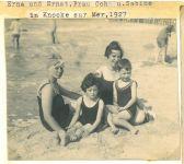 Erna und Ernst Loewy (rechts), mit Frau Cohn und Sabine Cohn, Knocke, 1927