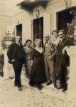 Philip (Filippo) Brunner mit seiner Familie,  vor der Villa Brunner in Triest, 1917