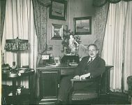 Otto Burgauer im Büro