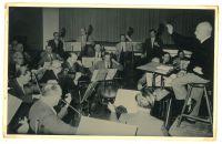 Paul Hindemith dirigiert, Fritz Seligmann im Orchester