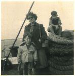 Peter, Regina und Ronny Loewy, auf dem Schiff von Haifa nach Genua, September 1956
