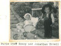Ronny Loewy (links) und Jonathan Errell (rechts), Purim 1947