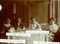 Nadja Bronsky (2.v.l.) zusammen mit ihren Schwestern Sylvia (links) und Lydia (rechts), sowie Eugenie Goldstern (2.v.l.)
