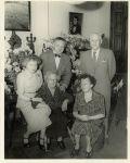 Adèle Kahn, Eugenie M. Kahn, Rena Kahn-Rosenthal (sitzend)  Ely Jacques Kahn, Rudolf Rosenthal (stehend)