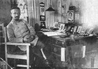 Aron Tänzer in seinem Arbeitszimmer, um 1916