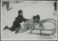 Ilse und Ingeborg Brüll mit einem Schlitten, um 1933.