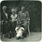 Ottilie und Arnold Rosenthal mit ihren Enkelkindern Stefan und Helene