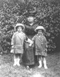 Lotte (Lottie) und Annie Weidenfeld mit ihrer Mutter Ida Weidenfeld (geb. Rosenthal), 1917